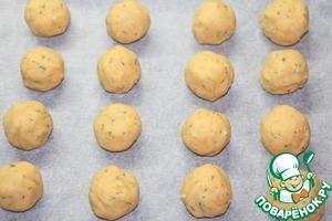 Сформировать влажными руками шарики, размером с крупный грецкий орех. Выложить шарики на противень, застеленный пекарской бумагой.