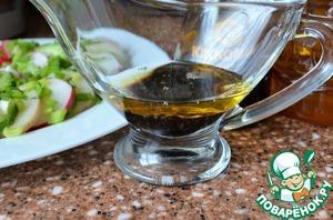 Овощи разложить на блюде, чередуя.   Соевый соус смешать с ароматным подсолнечным маслом.