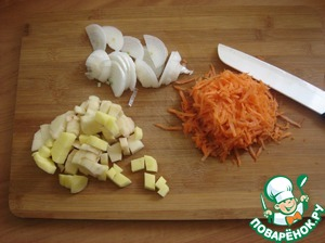 Carrots rubbed on a grater, onion cut half rings, potatoes-in small cubes.