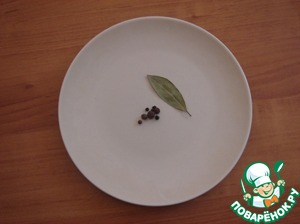 From the spice took a few peas allspice and black pepper and a small Bay leaf.