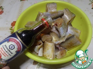 """Purified fish put into the Cup. Add the soy sauce """"Kikkoman"""". Stir. Leave for 20-30 minutes."""