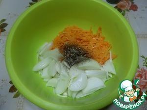 Нарезаем лук. Морковь трем на терке. Выкладываем в чашку. Добавляем смесь перцев и растительное масло. Солим по вкусу.