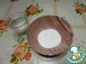 В чашку выкладываем сухие сливки на растительной основе. Постепенно добавляем теплую воду и размешиваем массу, чтобы не было комочков.