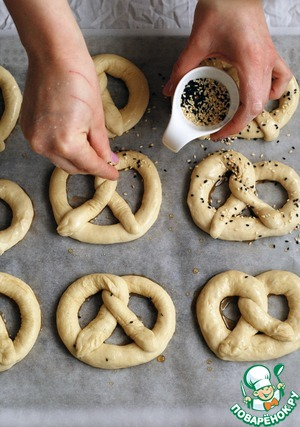 Spread the pretzels in a sweet syrup and sprinkle lightly with sesame seeds. By the way, instead of sesame seeds you can take and Mac, or even just coarse sea salt!