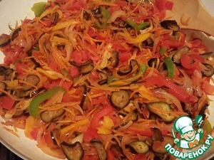 Добавить нарезанный болгарский перец, перемешать. Нарезать помидоры мелким кубиком, выложить в сковороду и, помешивая, тушить до испарения лишней жидкости.