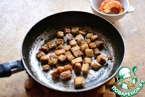 Fry the croutons in butter with garlic;  Cool;