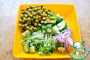 The size with the toast, cut the cucumbers, add sprouts, peas, onion - thin half-rings;