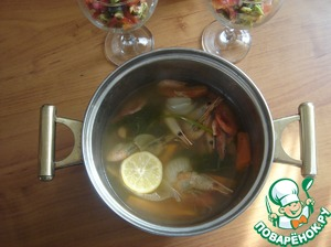Boil shrimp. In boiling fish broth put carrots, onions, coarsely chopped. Cook for 15 minutes, put the dill sprigs, shrimp and lemon. Add salt to taste. Cook shrimp 3 minutes and remove from heat. Allow to cool shrimp in the pan. I do it in advance.