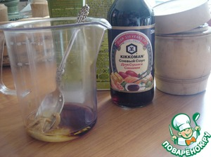 Make a salad dressing. In a bowl mix with a fork the olive oil, soy sauce, honey, salt to taste and mustard.