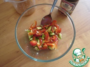 Avocado cut into cubes, poured the lime juice and stir to avocado not darkened. Put the pepper, ginger and garlic.