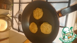Shape the cutlets and fry on both sides until a nice color.  Note: if you want to use breadcrumbs, you need to pour oil in the pan constantly, if you fry it right, it is possible to fry on a dry pan, oil the meat.