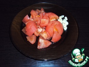 Scald the tomatoes with boiling water, remove the peel, cut into cubes. Crush the garlic.