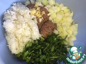 Лук и зелень мелко режем, чеснок измельчаем в чеснокодавилке. Кладем в миску фарш, лук, чеснок, зелень и рис.