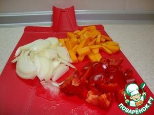 Очистить и нашинковать овощи. Лук желательно нарезать перышками - так он сохранит форму.