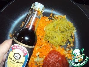 Лук и морковь спассеровать в растительном масле. К овощам добавить томатную пасту (у меня домашний кетчуп), огурцы и соевый соус.    Я использовала натуральный соус ТМ Киккоман.