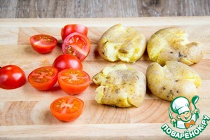 Flatten with your palm ready potatoes, cherry tomatoes to rreset in half.