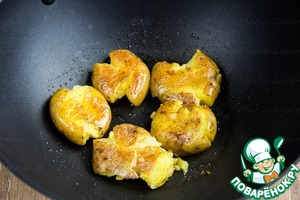 In a wok heat vegetable oil and fry first the potatoes until Golden brown.