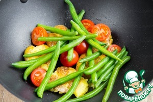 Then add the green beans and cherry tomatoes. Fry all together for 2-4 minutes.