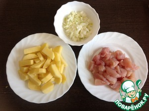 Onion peel, finely chop. Chicken fillet wash, dry, cut into small pieces. Potatoes, wash, peel and cut into slices.