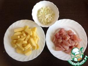 Репчатый лук очистить, мелко нарезать. Куриное филе обмыть, обсушить, нарезать небольшими кусочками. Картофель, помыть, очистить и нарезать ломтиками.