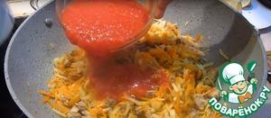 Добавляем половину томатного сока и еще немного тушим.