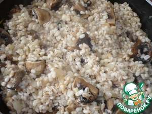 Add mushrooms and cook for another 3 minutes. Put the pearl barley, mix well and immediately remove from heat.