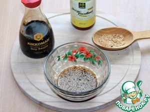14. Prepare the sauce. Combine the soy sauce, vinegar, ginger, Cojocaru and sugar. Add roasted sesame seeds.