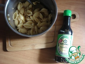 Boiled pasta al dente and threw in a colander, washed. As is well known in salads pasta washed. Poured soy sauce KIKKOMAN light and mixed, the butter is not added.
