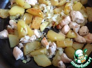 В сковороде разогреть масло, добавить курицу и картофель и жарить до полуготовности на среднем огне. Затем добавить лук и жарить до готовности. Посолить и поперчить по вкусу.