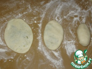 To form patties and carefully, so as not to damage the dough, roll out to a thickness of 5 mm. it is convenient for Me to first flatten with your hand and then roll out with a rolling pin.  In the photo giving a gradual thickness from right to left
