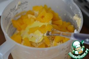 Персики ( из компота) мелко нарежем и добавим к тесту.   Перемешать.