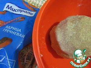 Замесить плотное тесто. Это тесто долго месить не надо, достаточно собрать все ингредиенты в ком.
