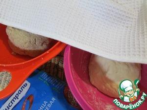 Обе миски накрыть салфеткой и отправить в теплое место на 1 час.