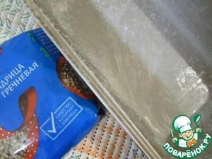 Форму для выпечки хлеба смазать сливочным маслом и присыпать мукой. Лишнюю муку стряхнуть.