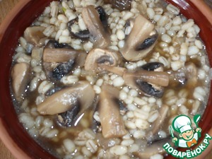 """Then in a mushroom broth with soy sauce """"Kikkoman"""" add barley with mushrooms and onions."""
