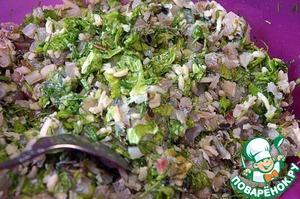 Рыбное миле мелко порубить тяжелым ножом. Укроп и салат порезать тоже мелко. Смешать фарш: рыбное филе, рис, зелень, посолить, поперчить белым перцем, тщательно перемешать.