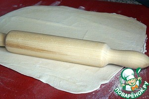 Roll the dough with a rolling pin into a thin pancake.