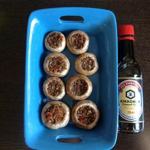 Подходящую ёмкость для запекания смазать маслом. Выложить в неё подготовленные грибы. Запекать в духовке при температуре 190 градусов 20 минут.