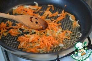 Лук нарезать на полукольца и обжарить на подсолнечном масле.   Добавить морковь, обжарить.