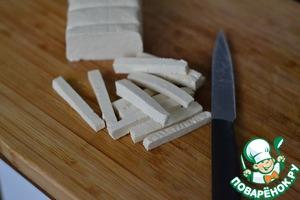 Тофу нарезать на длинные кусочки