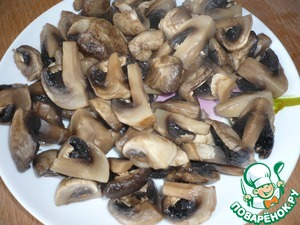 Mushrooms to boil in two cups of boiling, podsolnuhi water, 6 minutes. Cooked mushrooms with a slotted spoon to shift from the pan onto a plate.