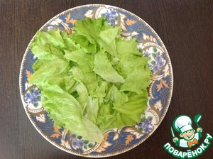 Lettuce rinse. Coarsely chop or tear by hand. Spread on a flat dish.
