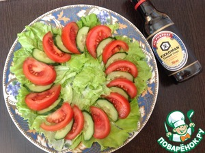 Tomatoes and cucumbers wash, cut into slices. Spread on lettuce leaves.