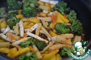 Добавить соус к овощам, перемешать, довести до кипения.   Выключить.   Посыпать семенами конжута.