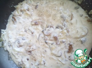 Onion finely mode and fry with mushrooms and sour cream.