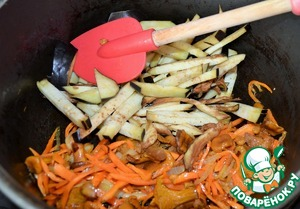 Add the thawed carrots and mushrooms ( in my case frozen cooked chanterelles) fry.  Eggplant cut into large piece and put in the cauldron.  Pour the remaining oil and fry 5 minutes, stirring occasionally.