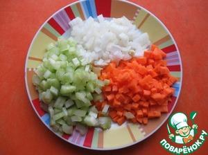 Лук, сельдерей, морковку нарезать небольшими кубиками.