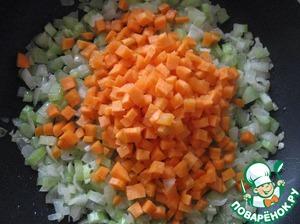 Добавить морковь, еще немного обжарить.