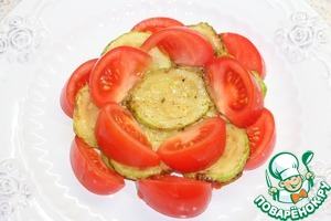Cut the tomatoes into slices and prisolit. On the dish lay the slices of zucchini and tomatoes in layers in a staggered manner.