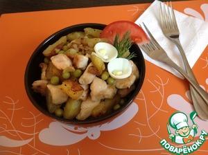 Выложить на тарелку, добавить горошек. Сбрызнуть уксусом (при желании) и перемешать. Готовое блюдо украсить дольками свежего помидора и вареным яйцом. Приятного аппетита!